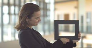 Os quadros de Holding da mulher de negócios para o serviço ao cliente da promoção de vendas projetam o logotipo filme