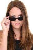Os quatorze anos de idade bonitos em óculos de sol pretos Foto de Stock Royalty Free