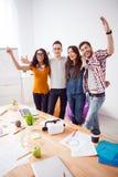 Os quatro freelancers bonitos estão expressando sua felicidade Fotos de Stock