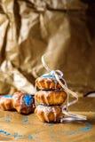 Os queques caseiros decorados com azul polvilham Fotografia de Stock