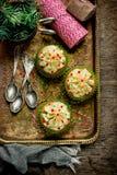 Os queques caseiros do Natal com creme e polvilham a decoração Imagens de Stock