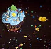 Os queques com chapéu de creme caken foto de stock royalty free