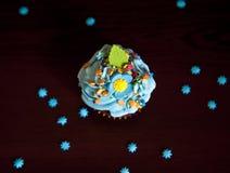 Os queques com chapéu de creme caken foto de stock