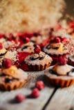 Os queques deliciosos do chocolate com bagas wodeen sobre a tabela, v superior Imagens de Stock Royalty Free