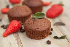 Os queques do chocolate com morango Mint as folhas sobre o deserto rústico de Gray Background Breakfast imagens de stock