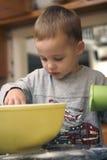 Os queques do cozimento da criança fecham-se acima fotografia de stock royalty free