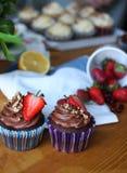 Os queques doces decoraram a morango e a porca Fotografia de Stock Royalty Free