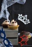 Os queques gostam de uma sobremesa de Dia das Bruxas do fantasma Foto de Stock
