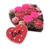 Os queques no coração deram forma à caixa com bolinho do amor fotografia de stock royalty free