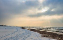 Os raios do sol na praia, paisagem bonita Imagem de Stock Royalty Free