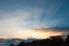 Os raios do sol perfuram as nuvens, o nascer do sol imagens de stock royalty free