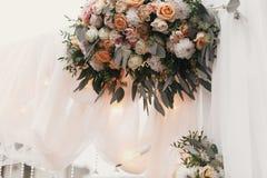 Os ramalhetes grandes bonitos à moda com as rosas no tule pastel wed sobre fotografia de stock royalty free