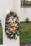 Os ramalhetes grandes bonitos à moda com as rosas no tule pastel wed sobre fotos de stock