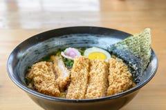 Os ramen de Tonkatsu, sopa de macarronete com batalha atearam fogo à carne de porco, alimento japonês Fotos de Stock
