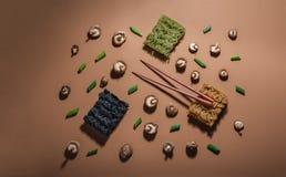 Os ramen Deconstructed ilustraram pelos ingredientes usados para criá-lo Fotografado com luz direta imagem de stock