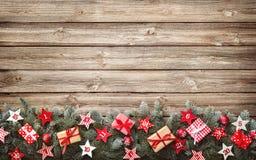 Os ramos de árvore do abeto com advento calendar estrelas e caixas de presente Fotos de Stock