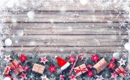 Os ramos de árvore do abeto com advento calendar estrelas e caixas de presente foto de stock royalty free