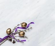 Os ramos do salgueiro e do amieiro, ovos da páscoa em Carrara marmoreiam o counte Imagem de Stock