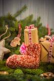 Os ramos handsewn das decorações das peúgas dos presentes do Natal enfeitam-se Foto de Stock Royalty Free