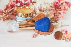 Os ramos lá brancos e cor-de-rosa da árvore de castanha, do pó de bronze com Mirrow e compõem Brown e escovas do azul com o creme Fotografia de Stock