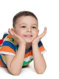 Os rapazes pequenos bonitos olham de lado Fotografia de Stock