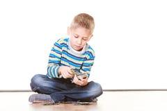 Os rapazes pequenos têm cartões do divertimento e do jogo Imagem de Stock