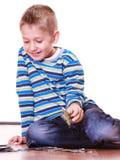 Os rapazes pequenos têm cartões do divertimento e do jogo Fotos de Stock Royalty Free
