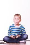 Os rapazes pequenos têm cartões do divertimento e do jogo Imagens de Stock