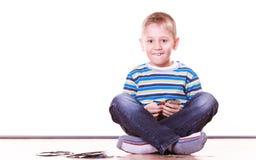 Os rapazes pequenos têm cartões do divertimento e do jogo Foto de Stock