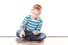 Os rapazes pequenos têm cartões do divertimento e do jogo Fotografia de Stock Royalty Free