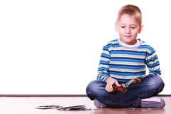 Os rapazes pequenos têm cartões do divertimento e do jogo Fotografia de Stock