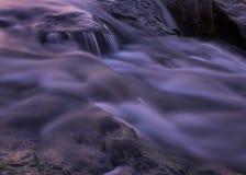 Os rapids do rio fecham-se acima no crepúsculo Fotos de Stock Royalty Free