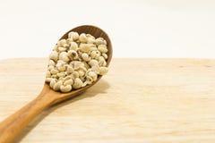 Os rasgos do trabalho na colher de madeira na textura de madeira Foto de Stock Royalty Free