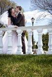 Os recém-casados beijam nos trilhos Foto de Stock Royalty Free