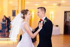 Os recém-casados dançam primeiramente no banquete de casamento foto de stock royalty free