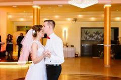 Os recém-casados dançam primeiramente no banquete de casamento imagem de stock royalty free