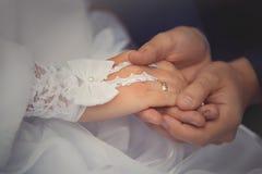 Os recém-casados do noivo vestem a noiva do anel em um par do casamento imagem de stock
