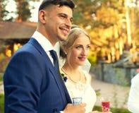 Os recém-casados escutam os desejos e as palavras amáveis Fotos de Stock Royalty Free