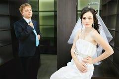 Os recém-casados no fundo do mobiliário de escritório esvaziam foto de stock royalty free
