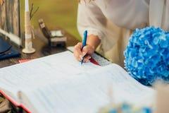 Os recém-casados puseram suas assinaturas em pleno ato de registrar uma união foto de stock royalty free