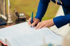 Os recém-casados puseram suas assinaturas em pleno ato de registrar uma união imagem de stock