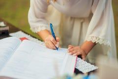 Os recém-casados puseram suas assinaturas em pleno ato de registrar uma união foto de stock