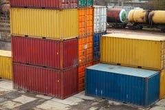 Os recipientes de carga são empilhados na área de armazenamento Fotografia de Stock Royalty Free