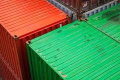 Os recipientes de carga são empilhados no porto Foto de Stock
