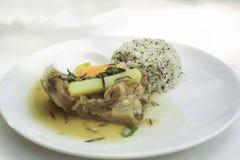 Os reforços de carne de porco cozem o estilo dos vintgae do processo do foco seletivo dos alecrins do wwith Foto de Stock