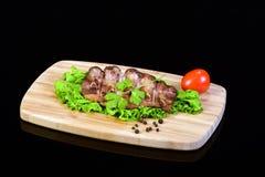 Os reforços grelhados saborosos em uma alface folheiam com salsa Fotografia de Stock