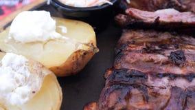 Os reforços griled quentes do apetite com vegetais grelham, potatos cozidos, molho cremoso branco, sause vermelho do BBQ, ar fres filme