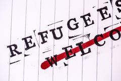 Os refugiados dão boas-vindas ao texto do strikethrough no papel fotografia de stock royalty free