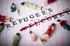 Os refugiados dão boas-vindas ao texto do strikethrough no papel fotos de stock