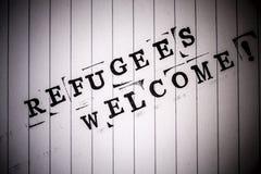 Os refugiados dão boas-vindas ao texto no papel fotografia de stock